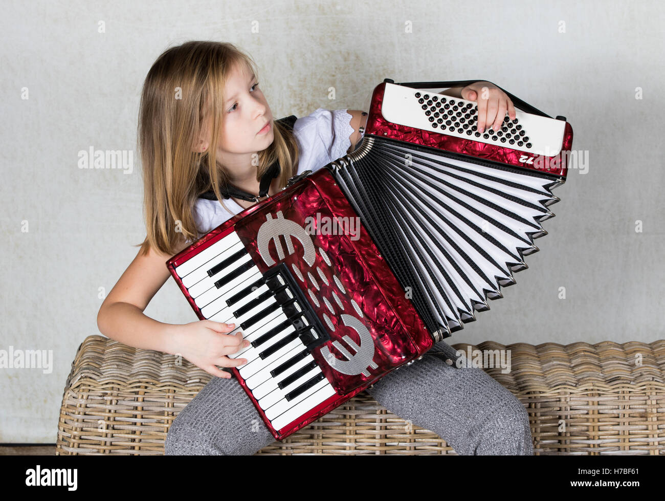 Akkordeonist Konzentration auf ihrem Akkordeon spielen Stockbild
