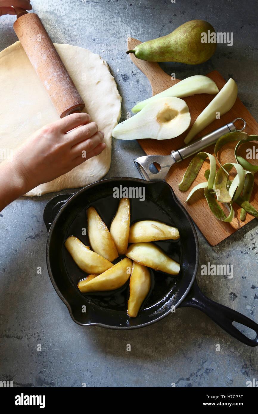 Birnen Tarte Tatin vorbereiten. Ansicht von oben Stockbild