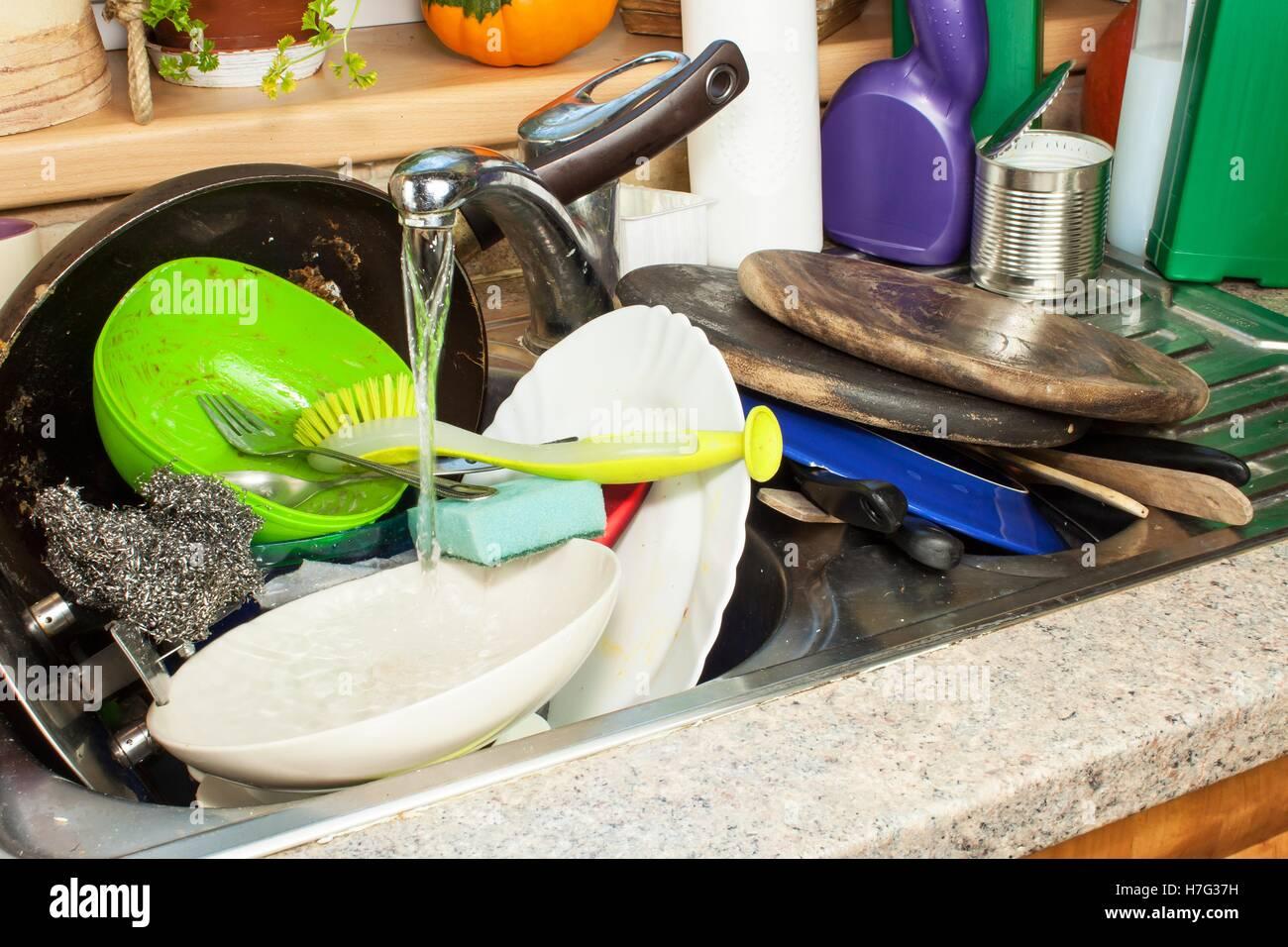 Schmutziges Geschirr in der Spüle nach Familienfeiern. Reinigung der ...