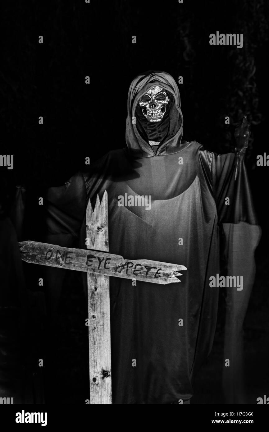 Ein Auge Pete Cross mit Skelett im Gewand. Halloween-Dekorationen. Halloween-Hof-Anzeige. Stockbild