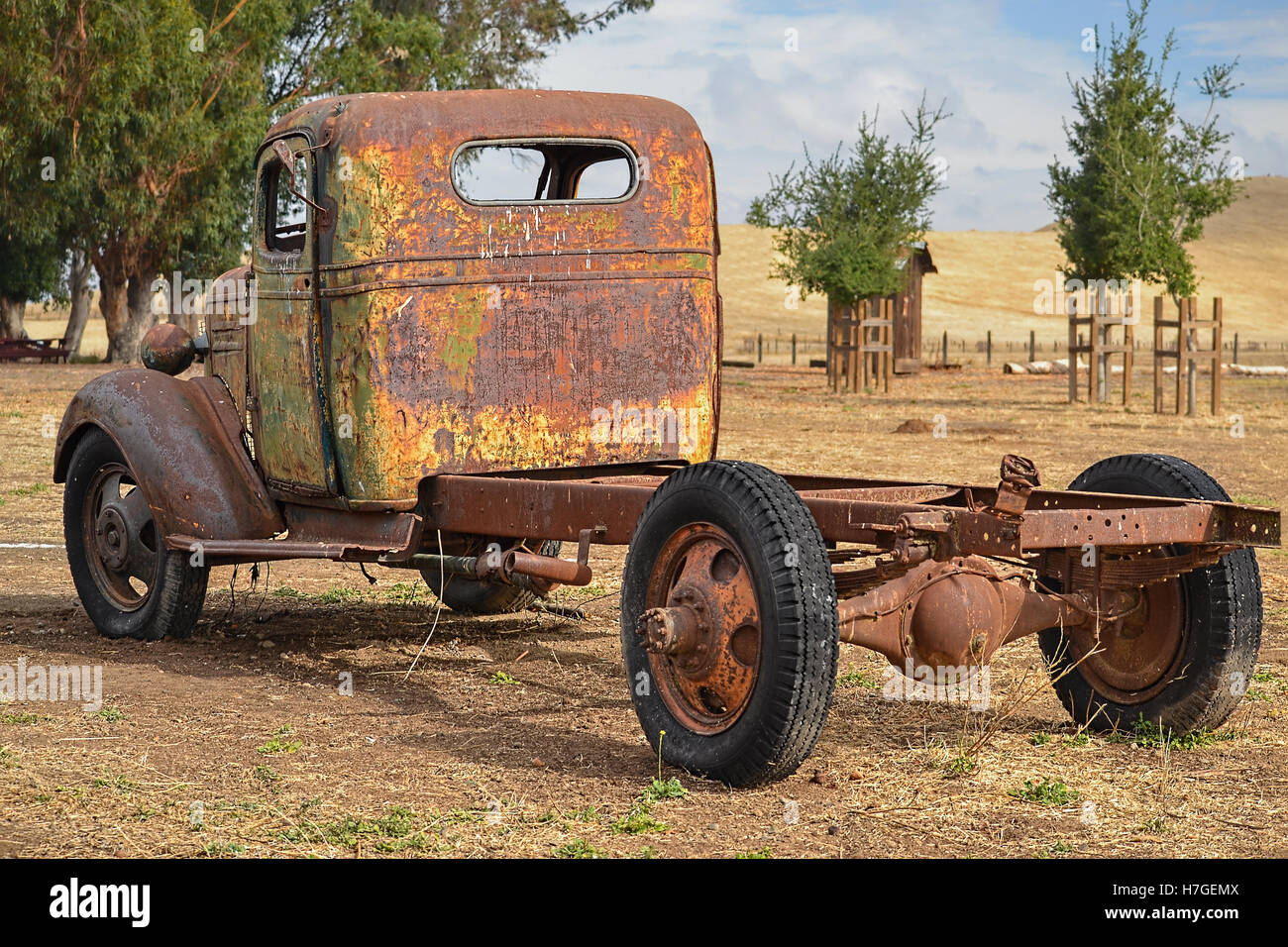 Old Abandoned Truck In Grass Stockfotos & Old Abandoned Truck In ...