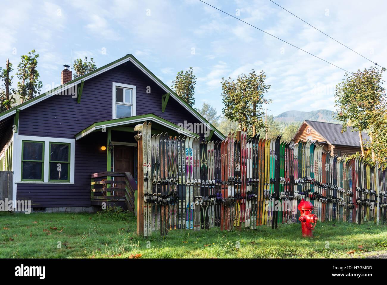 Zaun Mit Alten Himmel Vor Einem Haus Im Skiort Gletscher Washington
