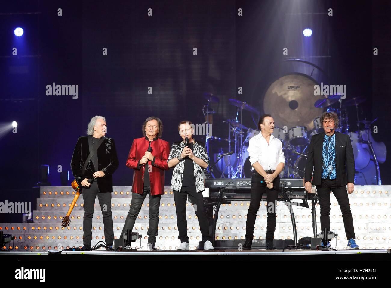 """Italienische Band Pooh spielen live auf der Bühne """"Reunion 50' im Palalottomatica in Rom Stockbild"""