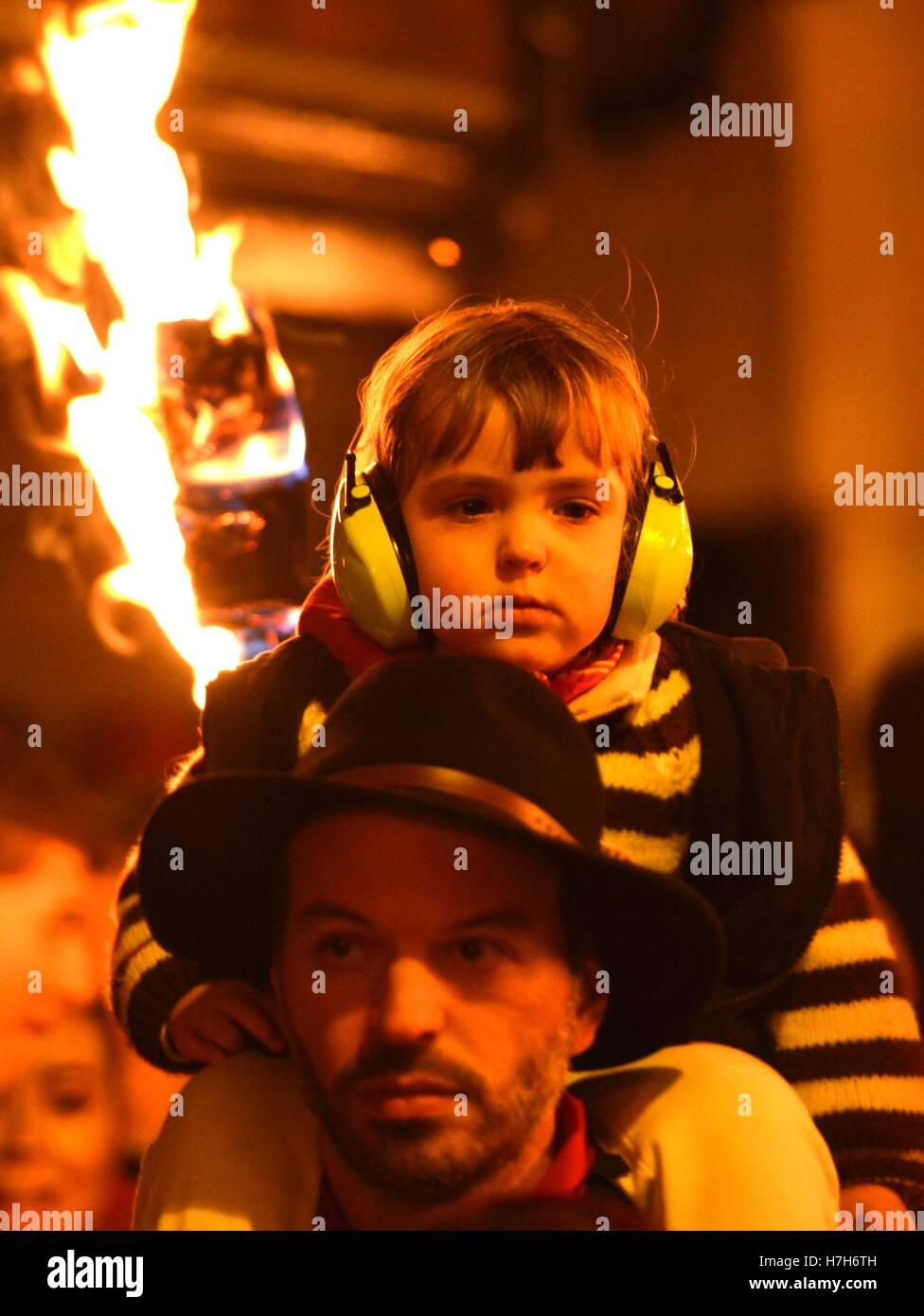 Lewes, East Sussex. 5. November 2016. Lewes feiert seinen berühmten Bonfire Night mit einem dramatischen Fackelzug Stockbild