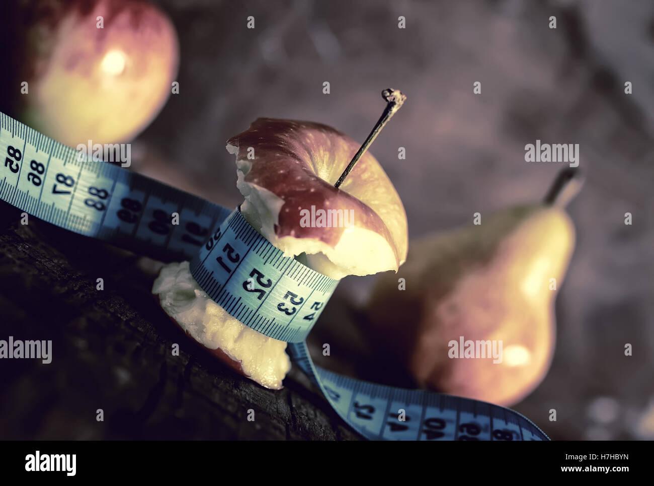 Magersucht dünne Mess Apfel Stockbild