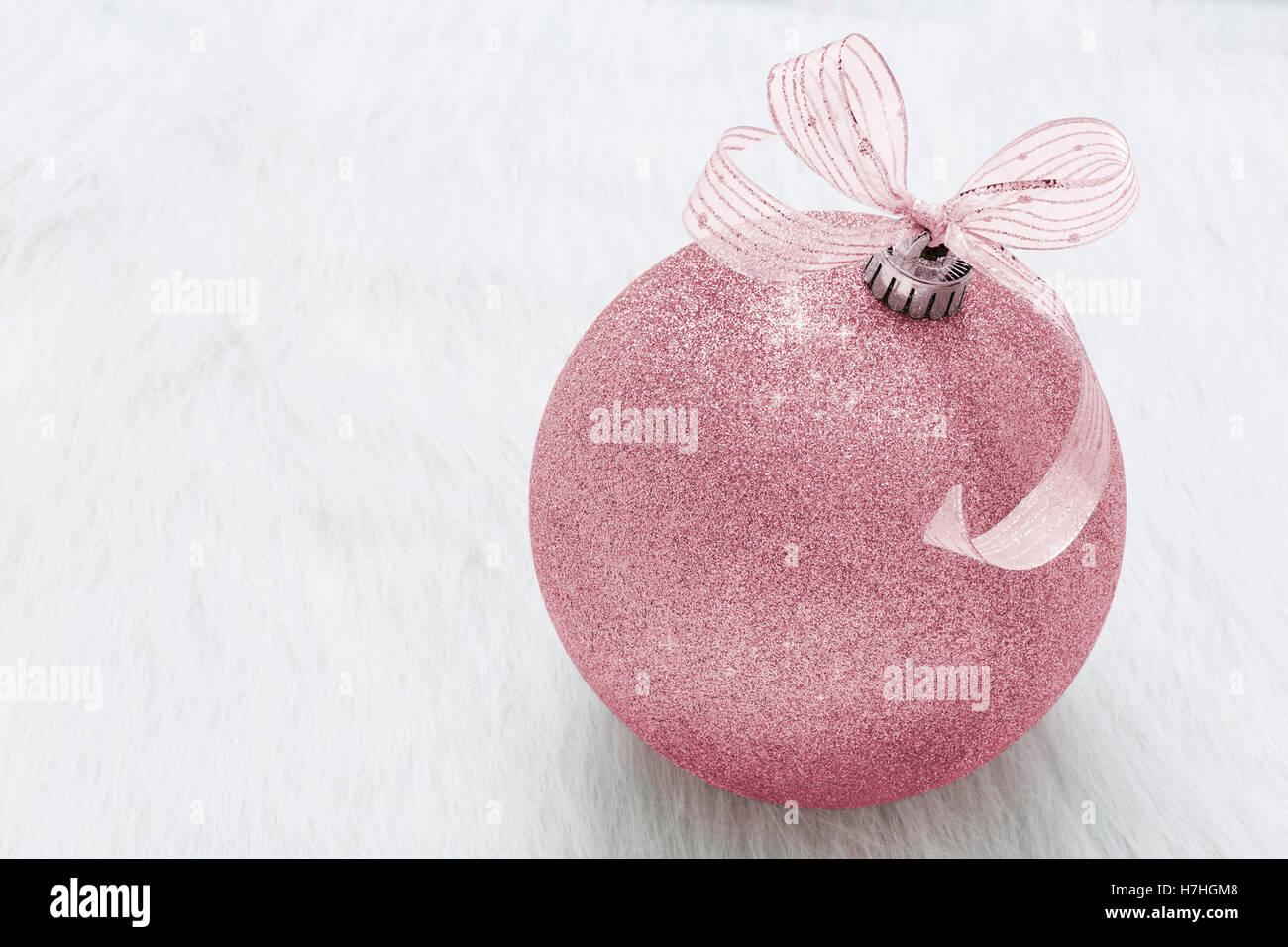 Eine schöne, ausgefallene, perfekt, funkelnd, glänzend, rosa Glitzer Christbaumschmuck auf horizontalen Stockbild