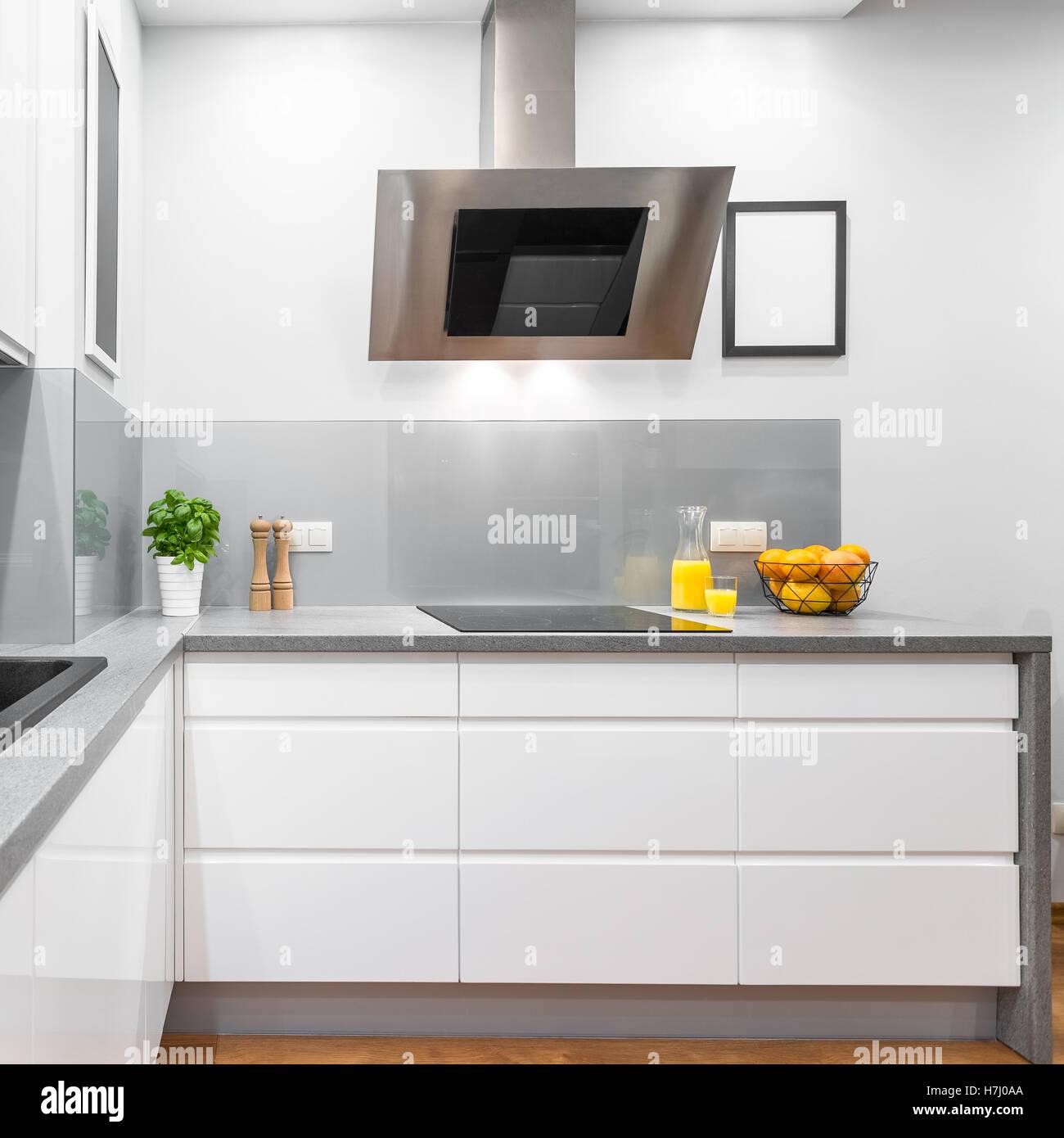 Küche mit modernen weiße Möbel, Granit-Arbeitsplatte und Auspuff ...