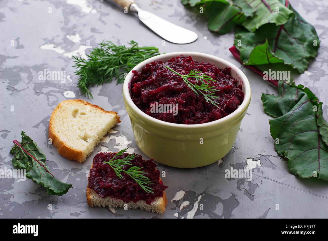 Rote Beete-Kaviar und Toast. Selektiven Fokus Stockbild