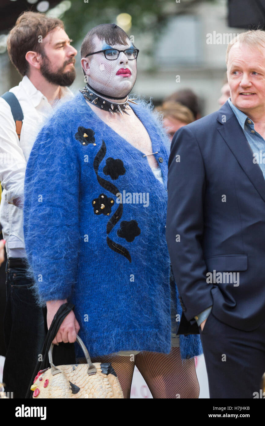 Fans besuchen die Absolutely Fabulous Filmpremiere am Leicester Square in London Stockbild