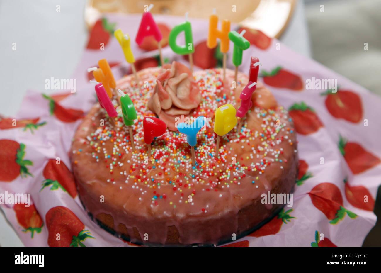 Susse Happy Birthday Cake Mit Kerzen Brennen Brief Stockbild