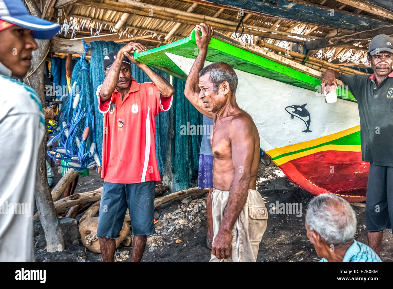 Eine Gruppe von traditionellen Fischern mit Gespräch in Lamalera Dorf, Lembata Island, Indonesien. © Reynold Stockbild