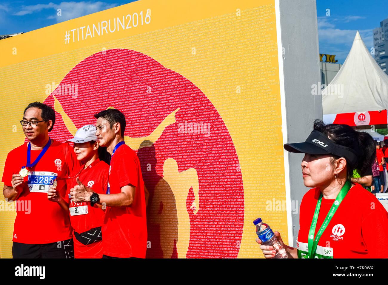 Finisher mit Foto-Session mit Podium im Hintergrund nach einem Rennen mit dem Titel Titan laufen in Tangerang, Indonesien. Stockbild