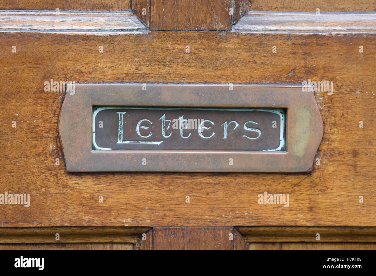 Bewaldeten Eingangstür mit Briefkasten Stockbild