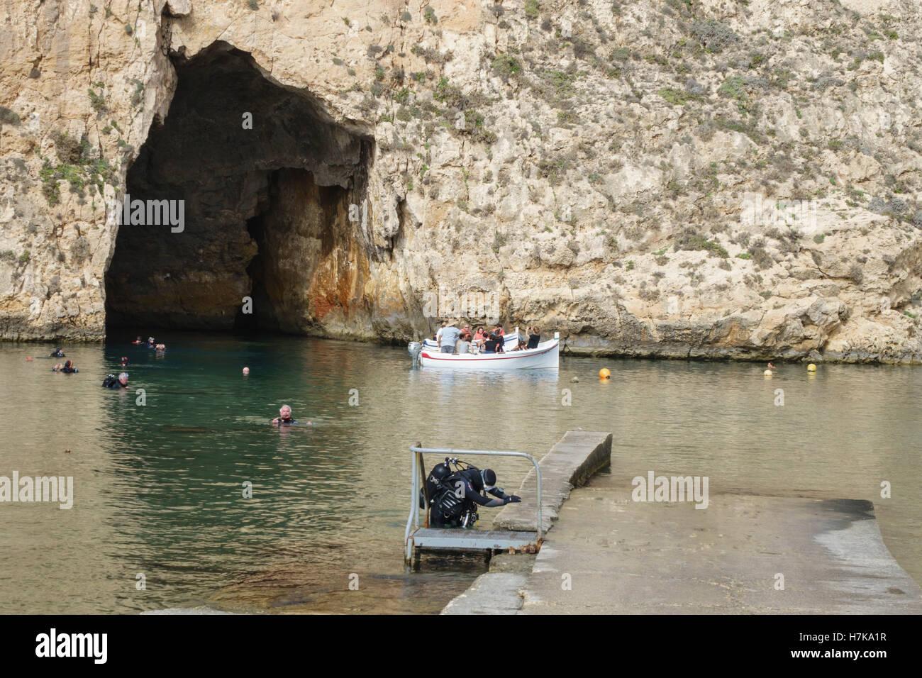 Gozo, Dwejra Bay. Das Binnenmeer. Bootsfahrt um das Azure Window, durch Höhle Zugang zur Lagune zu sehen. Scuba Stockbild