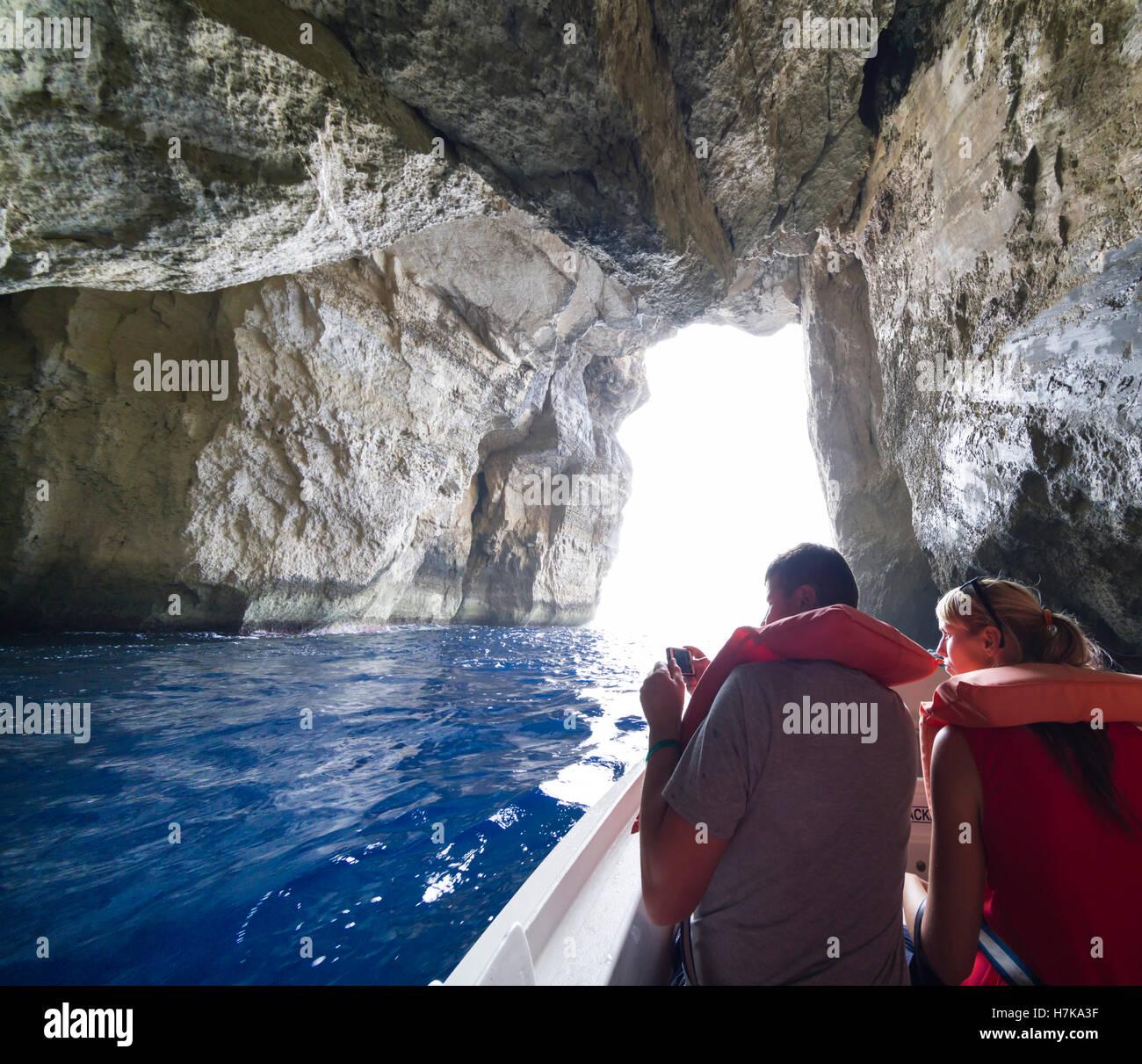 Gozo, Dwejra Bay. Das Binnenmeer. Bootsfahrt um das Azure Window, Durchreise durch Höhle Zugang zur Lagune Stockbild