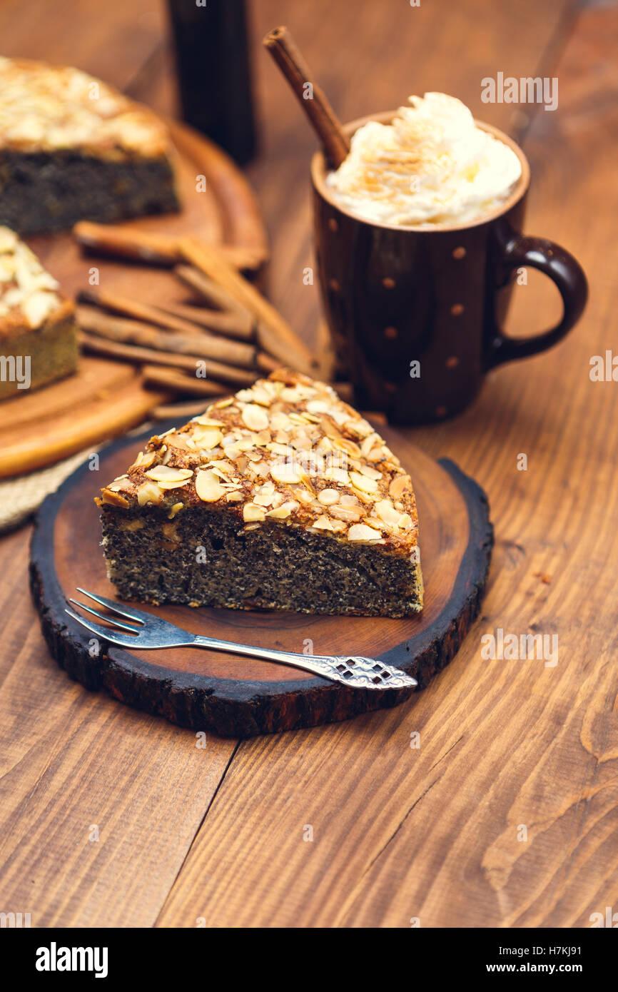 hausgemachte kuchen mit mohn und mandelbl ttchen stockfoto bild 125206621 alamy. Black Bedroom Furniture Sets. Home Design Ideas