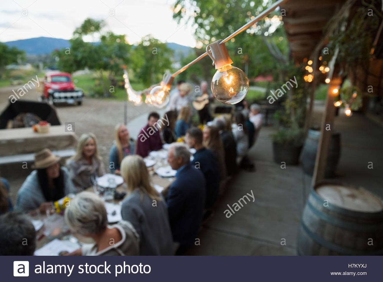 Zeichenfolge helle Glühbirne über Ernte-Dinner-party Stockbild