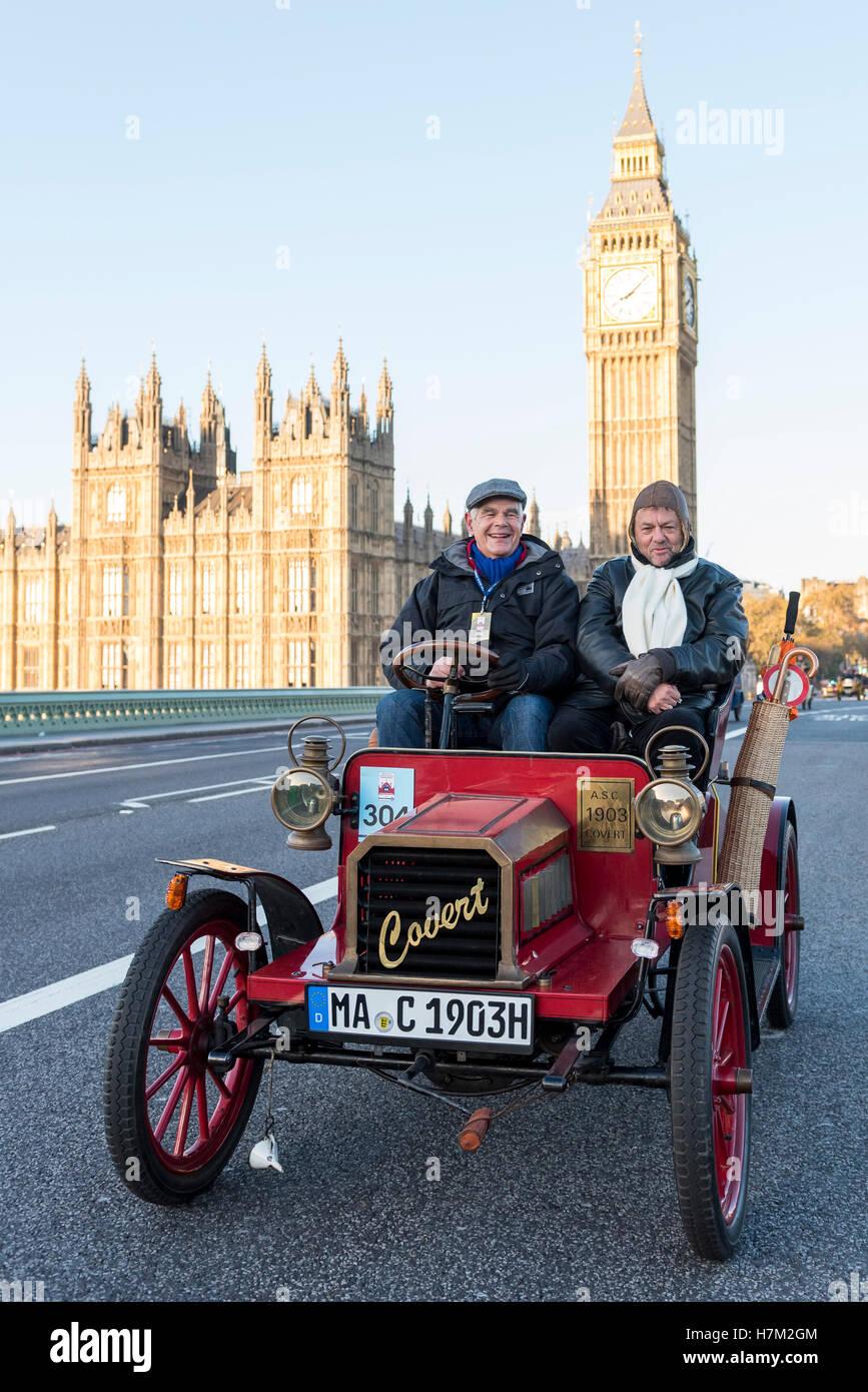 London, UK. 6. November 2016. Teilnehmer, die Teilnahme an der 120. Bonhams London to Brighton Veteran Car Run fahren Stockbild
