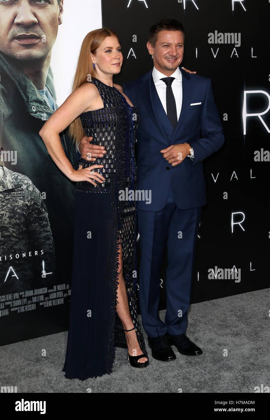 "Westwood, CA. 6. November 2016. Amy Adams, Jeremy Renner bei Premiere von Paramount Pictures ""Ankunft"" Stockbild"