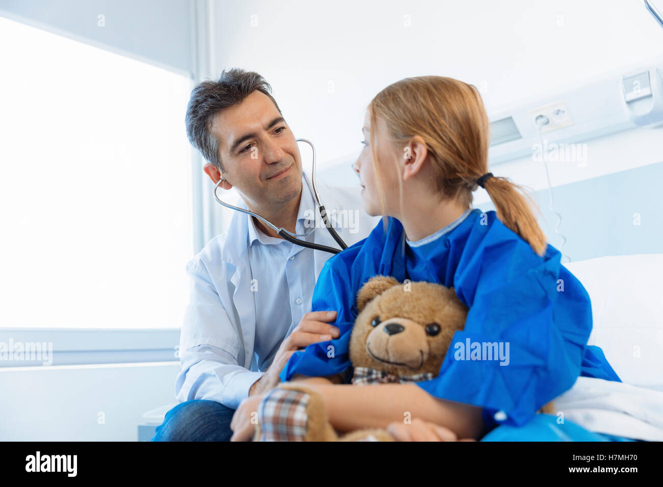 Arzt untersuchen Mädchen Patienten im Krankenhaus Stockbild
