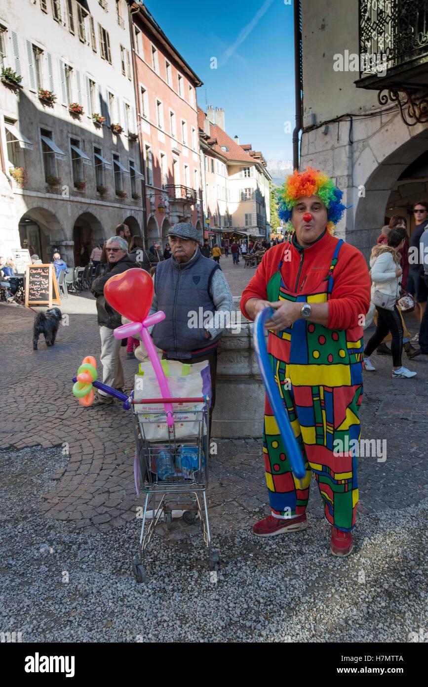 Clown Durchführung Ballon Falten, Annecy, Haute Savoie, Frankreich Stockbild