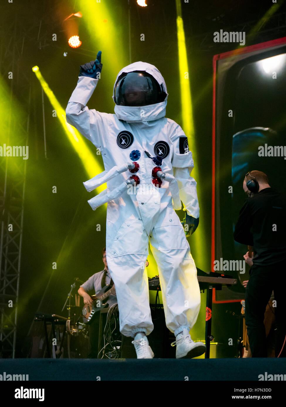Ein Raumfahrer Spaziergänge auf der Bühne beim öffentlich-rechtlichen Rundfunk live-Set auf dem siegreichen Stockbild