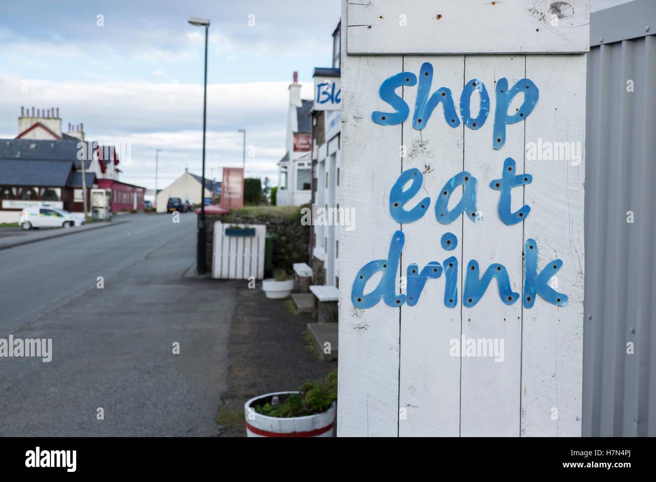 Holzschild, Shop, Essen, trinken, Dunvegan, Isle Of Skye, Schottland Stockbild