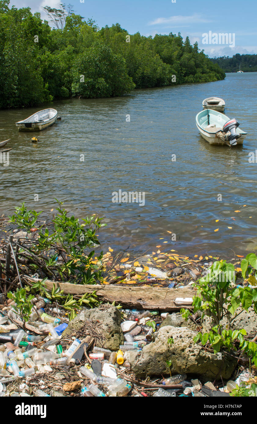 Pohnpei Mikronesien schrecklich Abfall Müll neben Boote auf dem Wasser an den lokalen Häusern für Stockbild