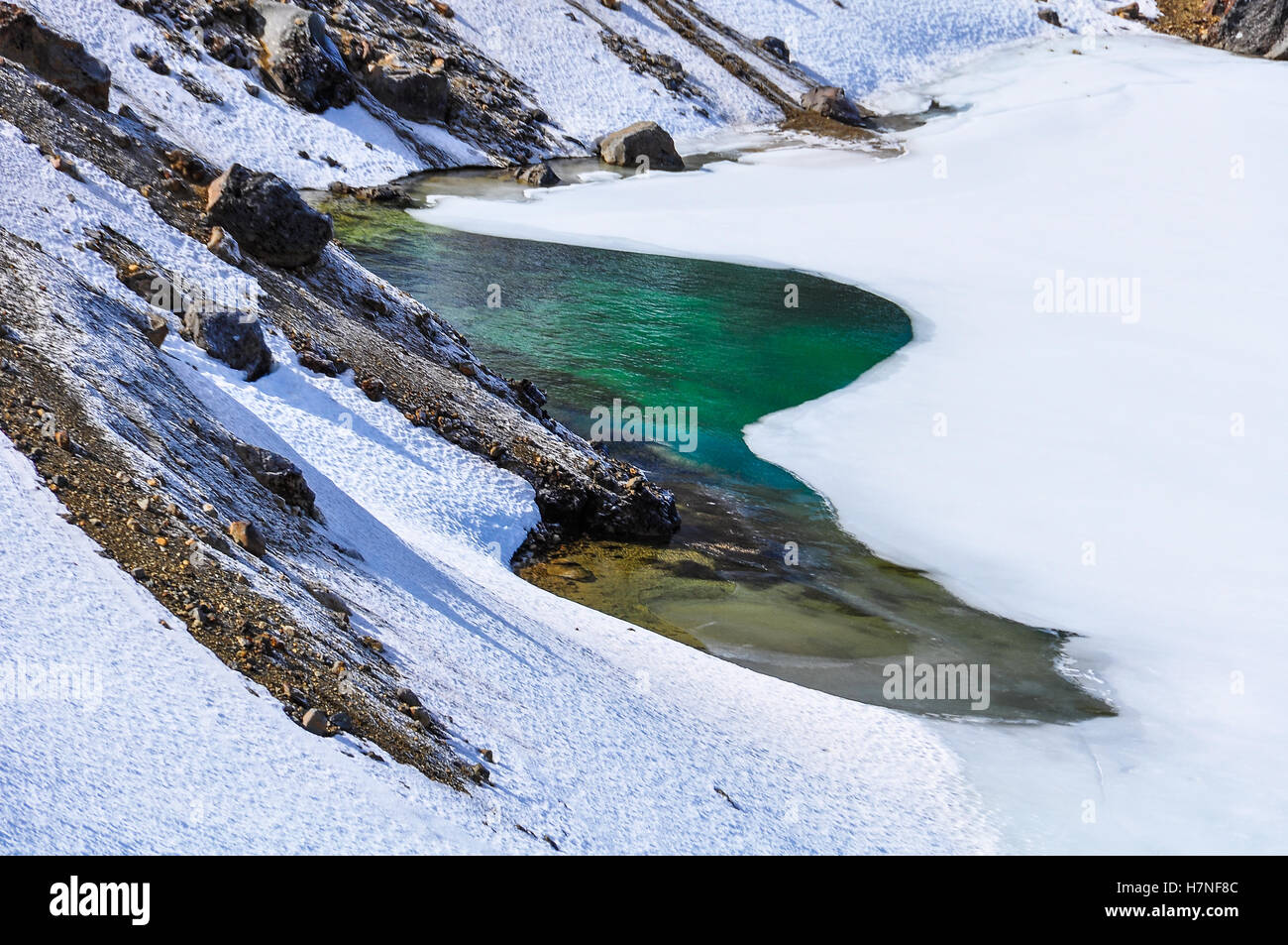 Bunte Emerald Lakes im Winter Tongariro Alpine Crossing, Neuseeland Stockbild