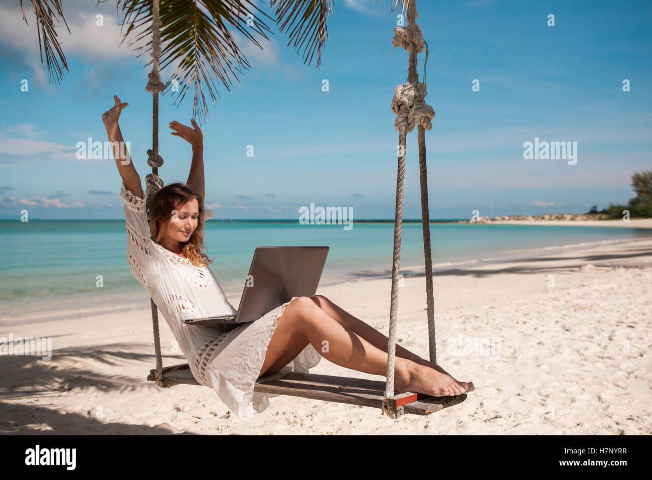 15111d244ebc Freie Frauen an einem Strand mit laptop Stockfoto, Bild: 125257995 ...
