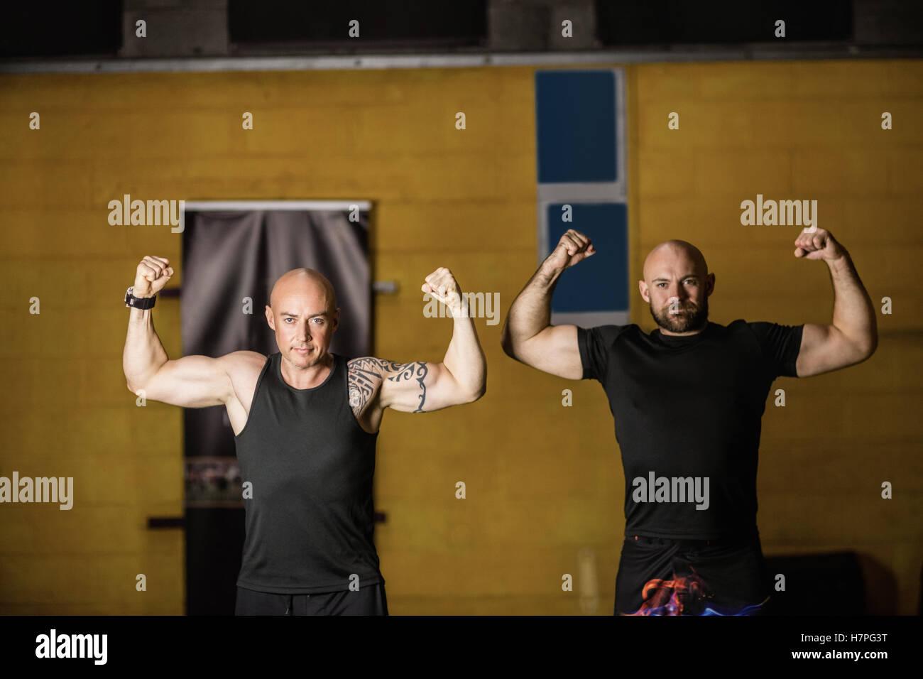 Porträt-thai-Boxer zeigen ihre Muskeln Stockbild