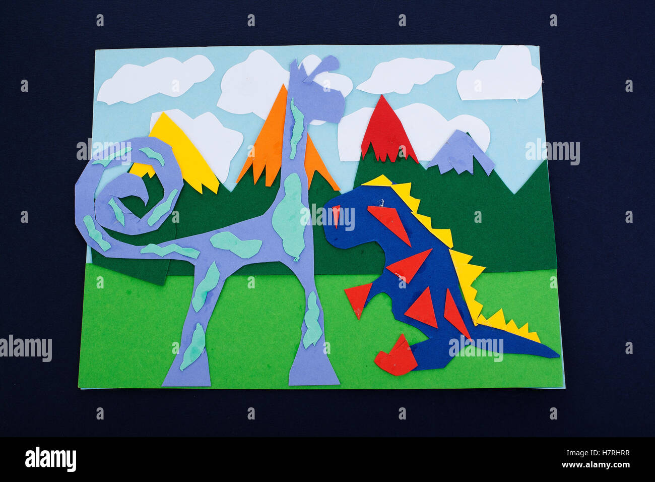Kinder Malen Zeichnung Und Collage Mit Bunten Papier Schones Kind Zeichnungen Regenbogen Fantasy Tier Zieht Kid S Kunst Stockfotografie Alamy