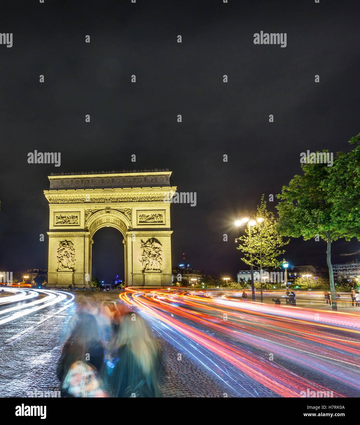 Arc de Triomphe und Auto Lichter in der Nacht Stockbild