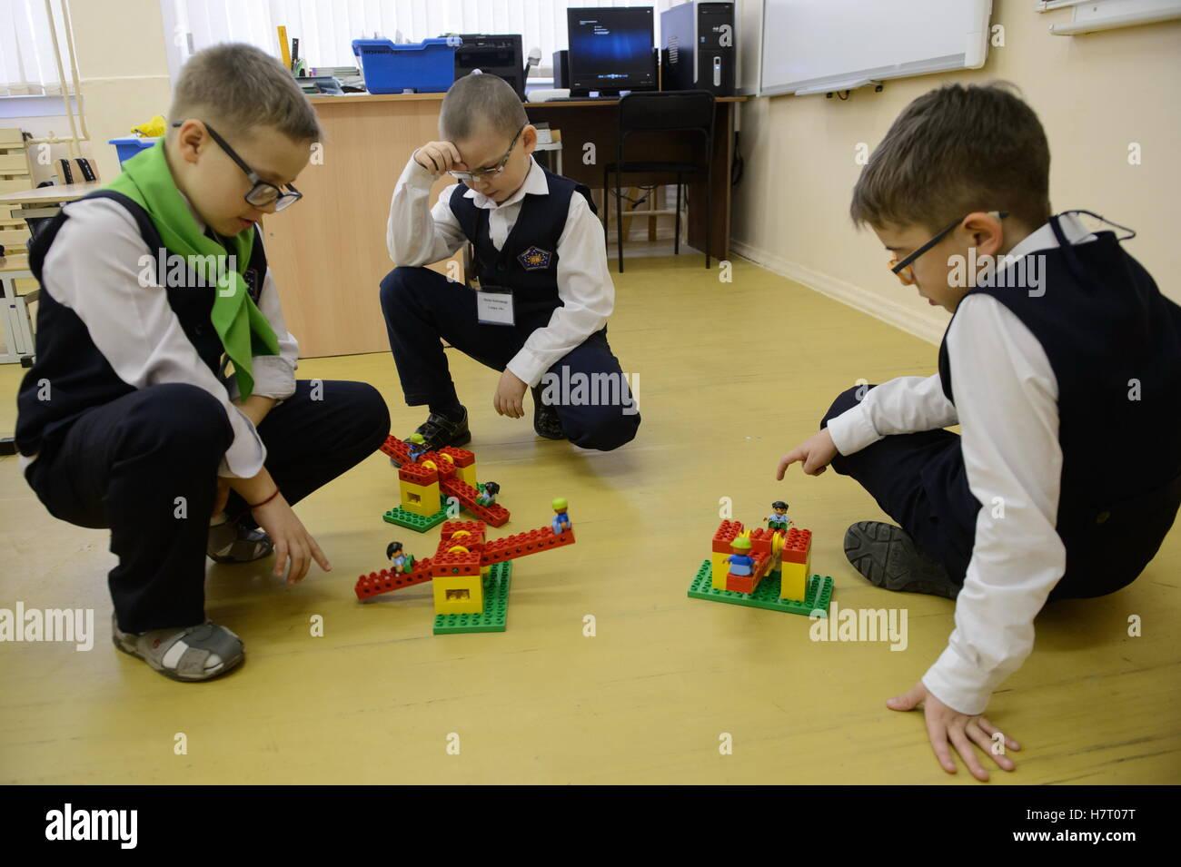 Novouralsk, Russland. 8. November 2016. Sehbehinderte Schüler spielen mit Lego Spielzeug in einer Wissenschaft Stockbild