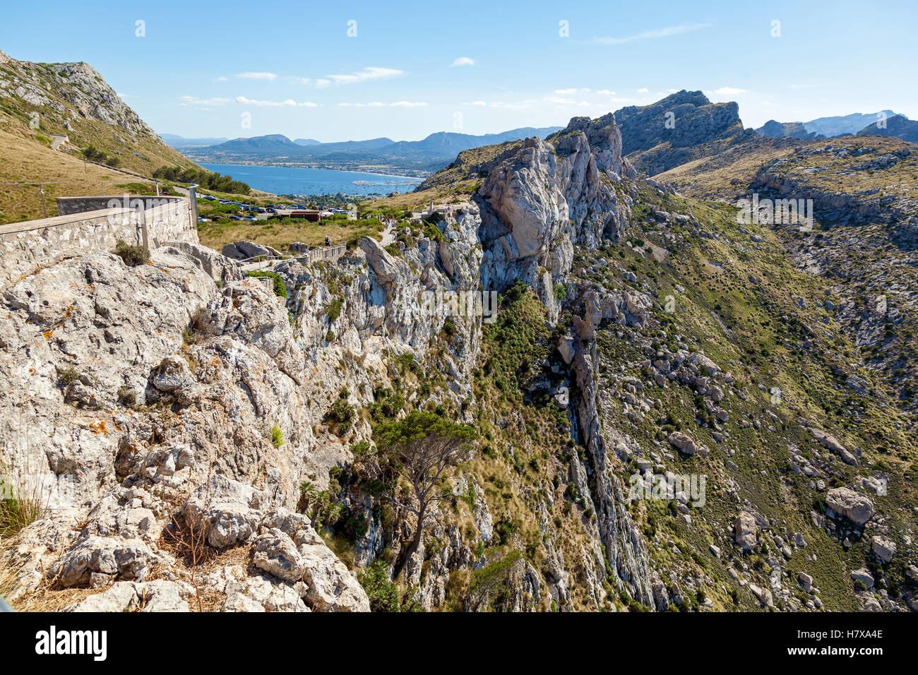 Grat. Grat mit einer Aussichtsplattform ist eine gewundene Auffahrt und bietet einen herrlichen Blick. Stockbild