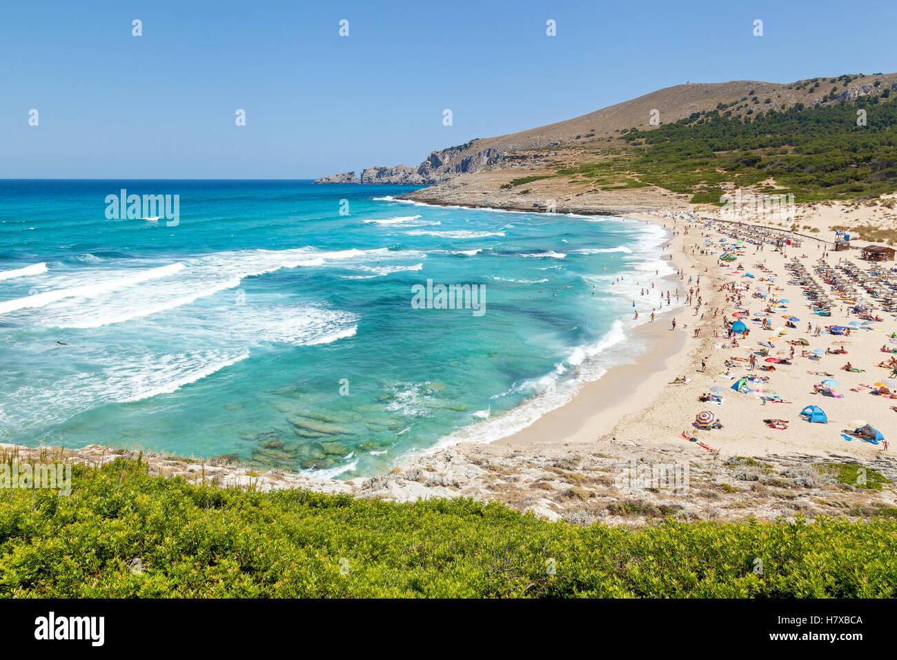 Azurblaue Küste Mallorcas mit bevölkert Strand, spannend, wolkenlosen Himmel, Berge, Meer und ein Aufstand Stockbild