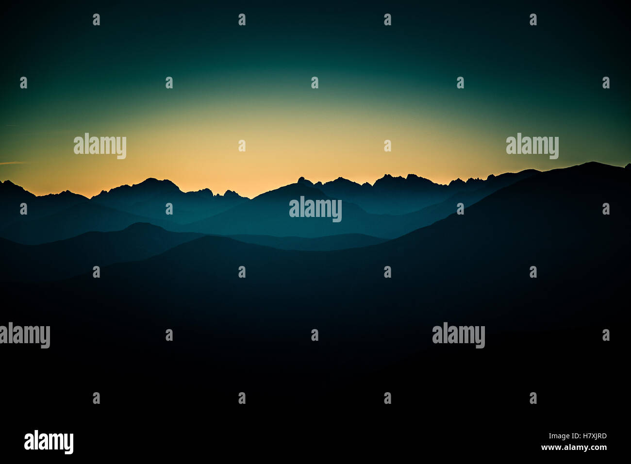 Eine schöne perspektivische Ansicht über Bergen mit einem Farbverlauf Stockbild