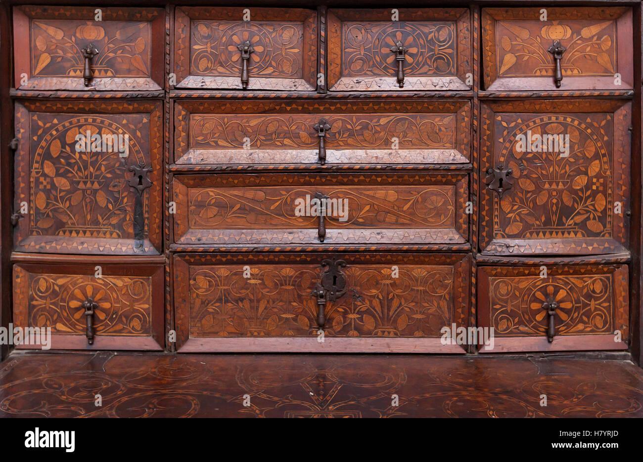 Vintage Holzmöbel. Altmodisches stilvolle braune Holz Schrank mit ...