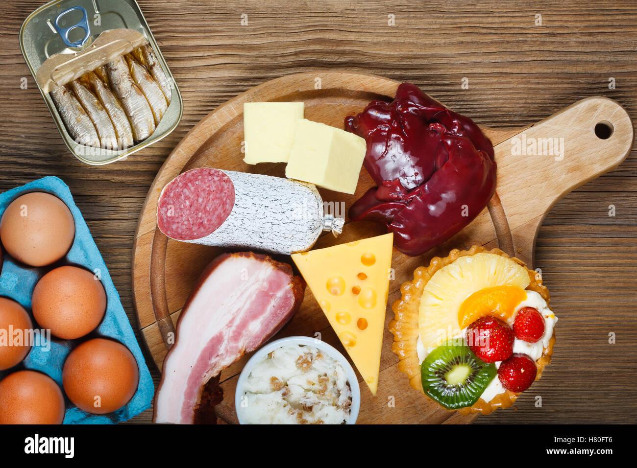 Cholesterinreiche Lebensmittel wie Leber, gelben Käse, Butter, Eiern, Speck, Schmalz mit Zwiebeln, Sardinen Stockbild