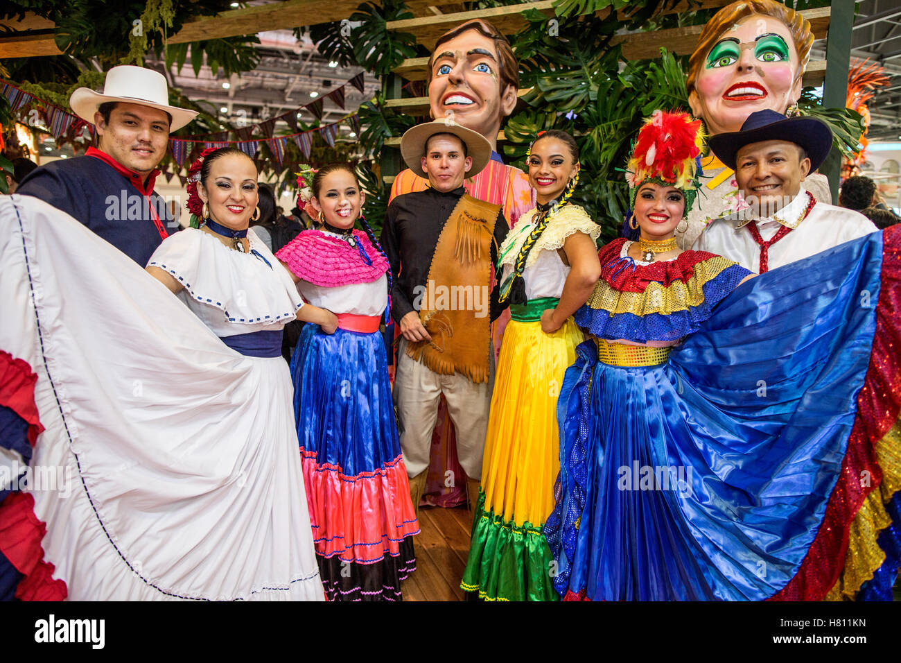 Menschen tragen traditionelle Costa Rica Kleidung World Travel Market London UK Stockbild
