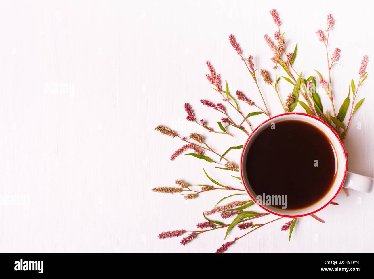 tasse kaffee mit rosa blumen auf wei em hintergrund ansicht von oben einstellen guten morgen. Black Bedroom Furniture Sets. Home Design Ideas