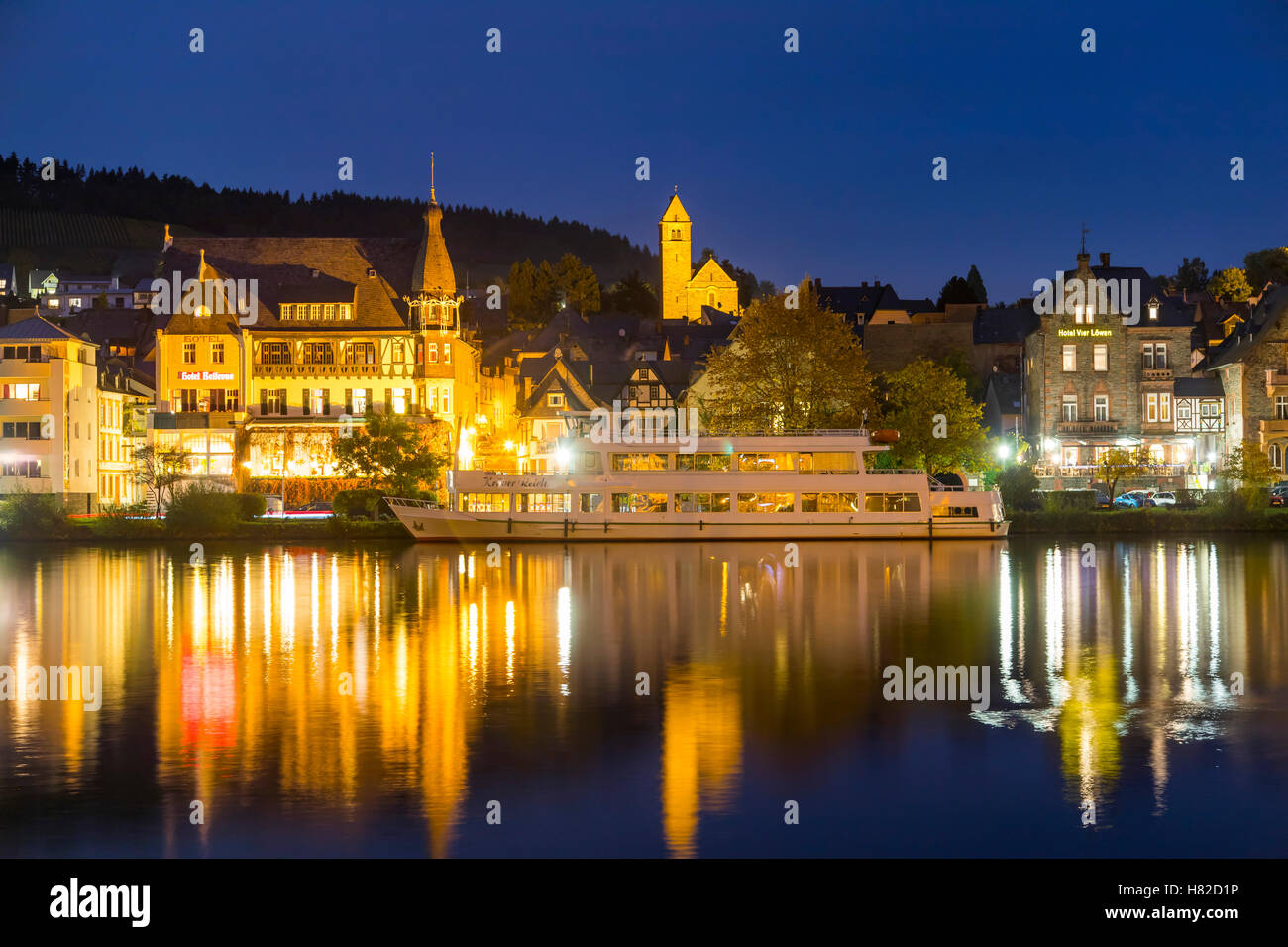Moseltal, Stadt Traben-Trarbach, Deutschland, Mosel, Altstadt, Skyline, beleuchtet in der Nacht, Stockbild