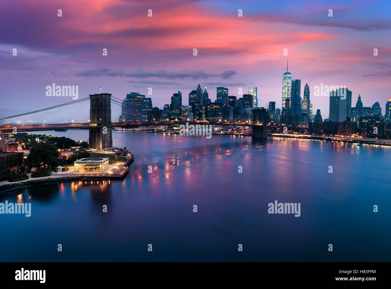 Manhattan und Brooklyn Bridge in der Dämmerung, New York City USA Stockbild