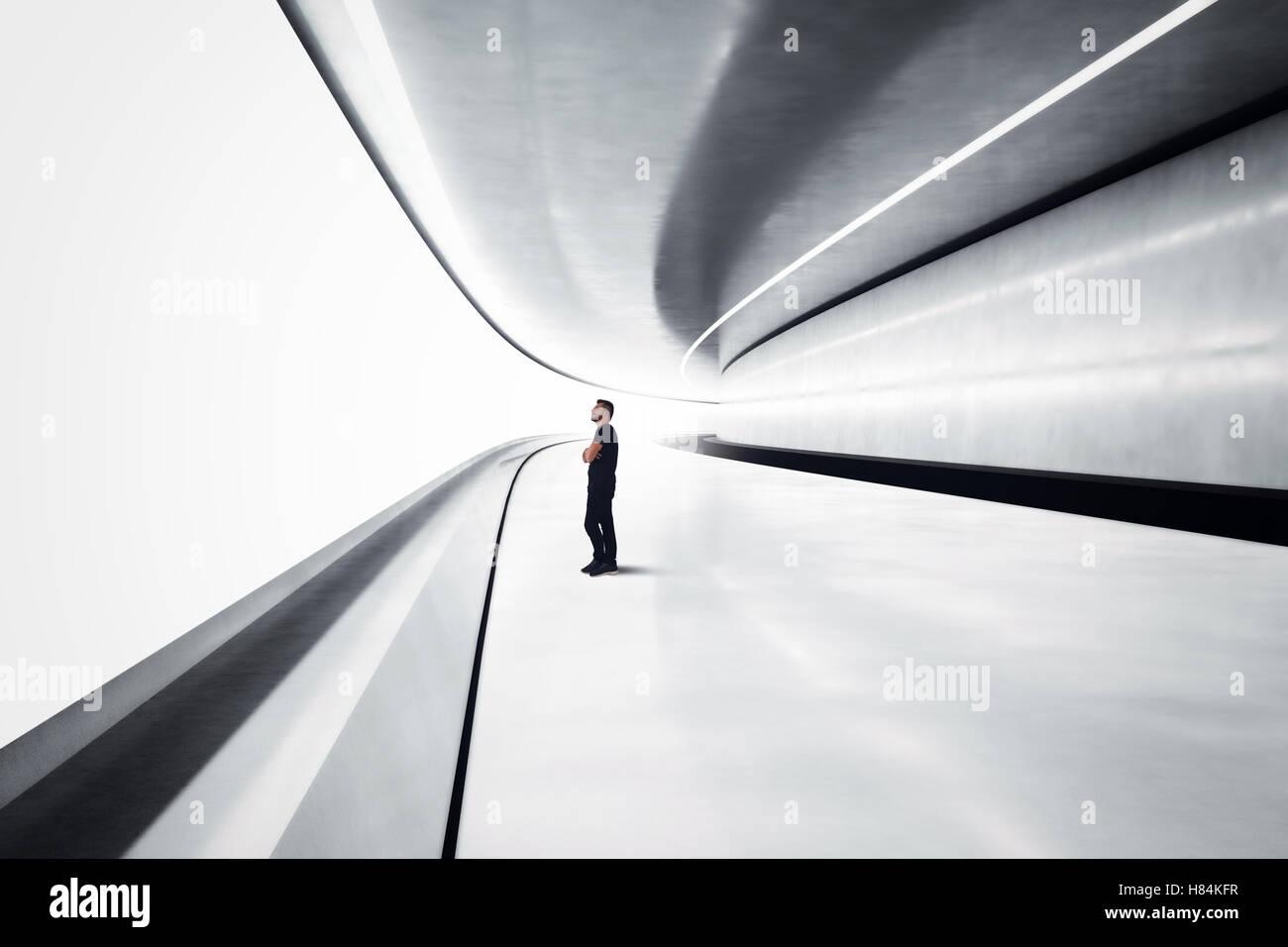 Mann in einem futuristischen tunnel Stockbild