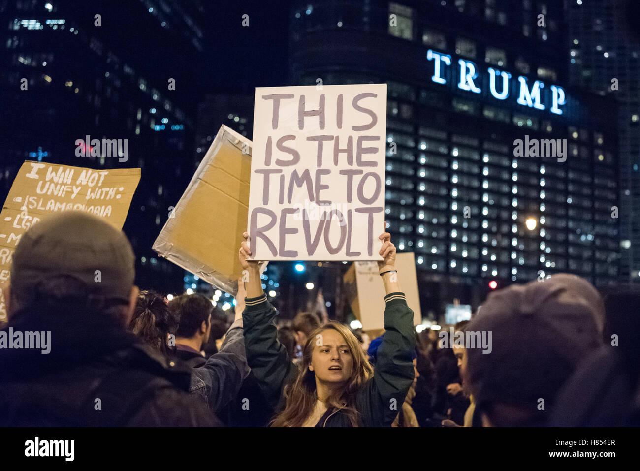 """Chicago, Illinois, USA. 9. November 2016. Ein Demonstrant hält ein Schild mit der Aufschrift """"Dies ist Stockbild"""