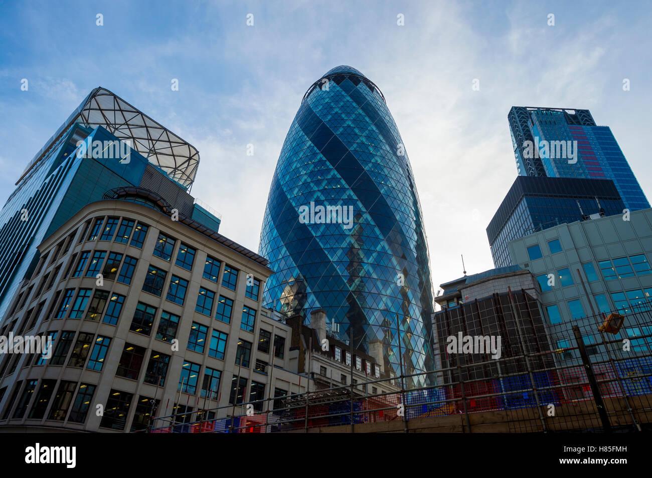 LONDON - 3. November 2016: Markante Form des Gebäudes Gherkin dominiert die Skyline der Stadt, während Stockbild