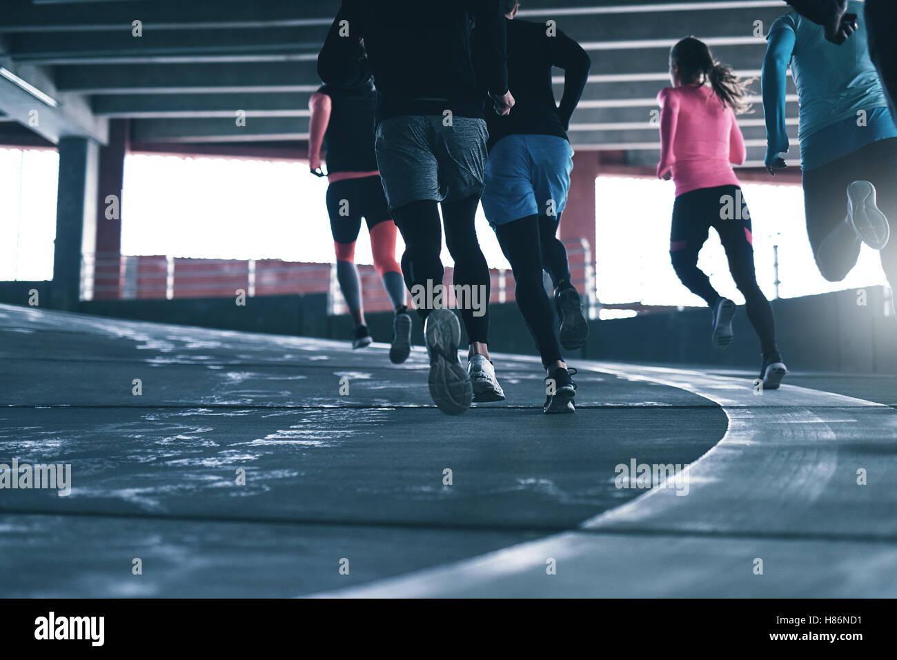 Rückansicht der unkenntlich Sportler im Parkplatz laufen. Exemplar Stockbild