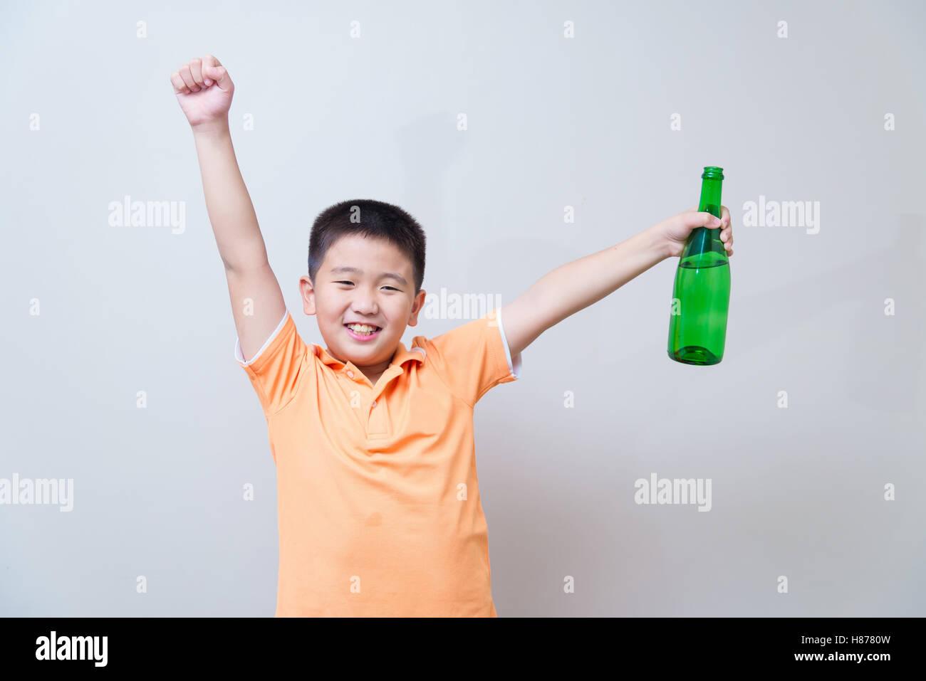 Green bottle wall stockfotos green bottle wall bilder - Rotwein an der wand ...