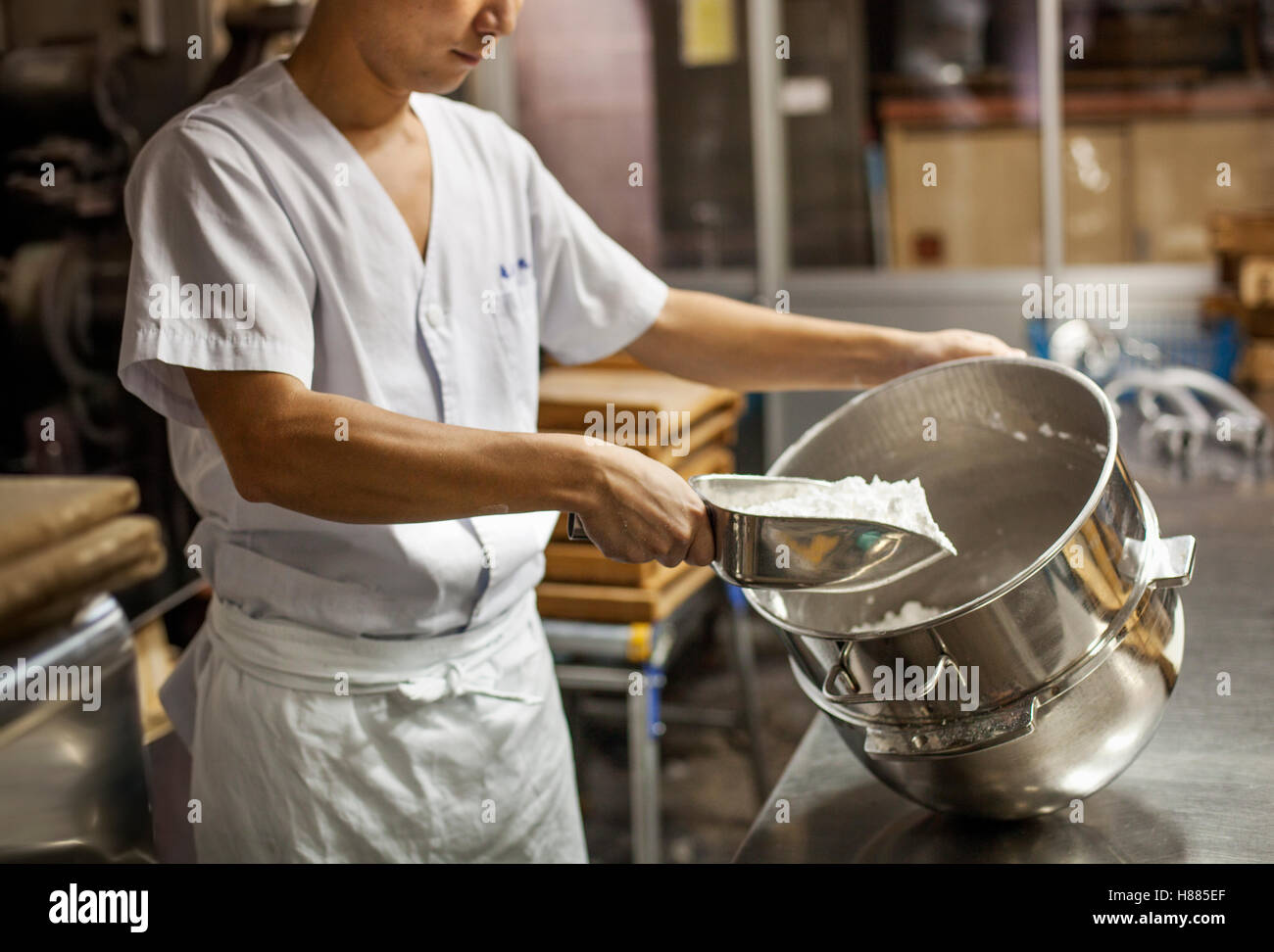 Hersteller von Wagashi kleinen Handwerker. Ein Mann, eine große Schale mit Zutaten mischen Stockbild