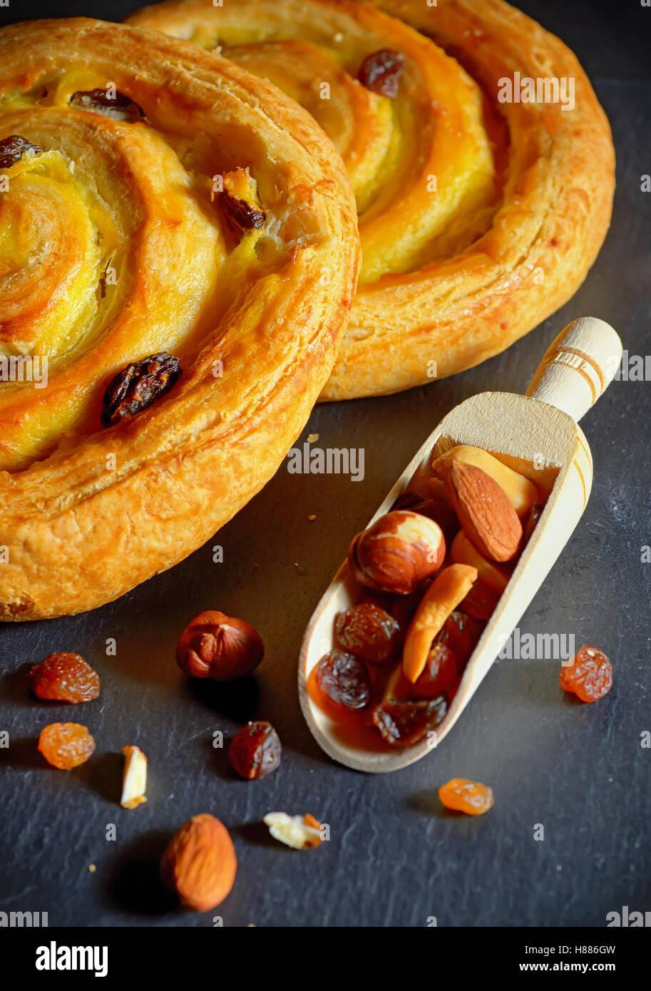 Runde Form frischen Croissant gefüllt mit Vanillecreme und Rosinen Stockbild